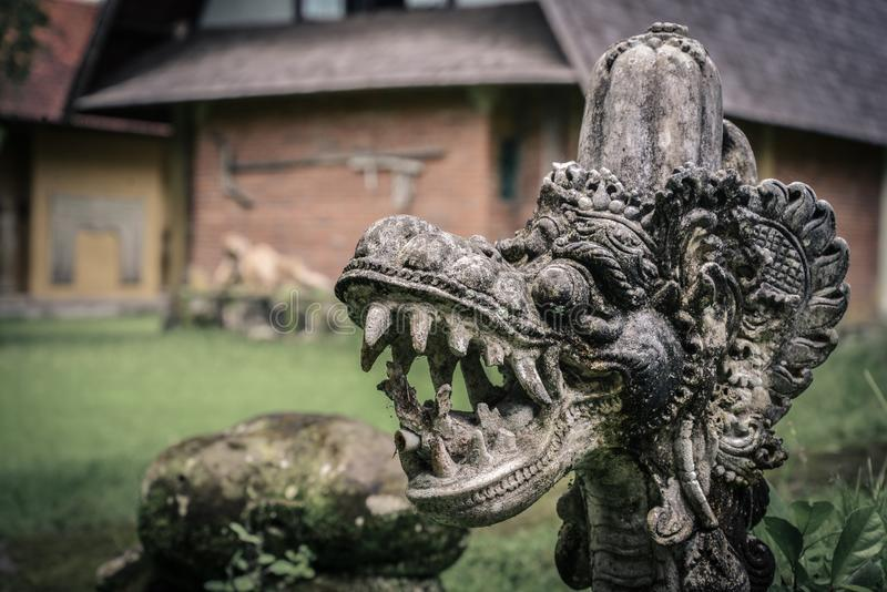 Traditionell hinduisk staty av drakes huvud arkivbilder
