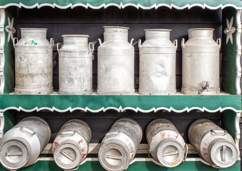 Traditionell holländare mjölkar cans royaltyfri bild