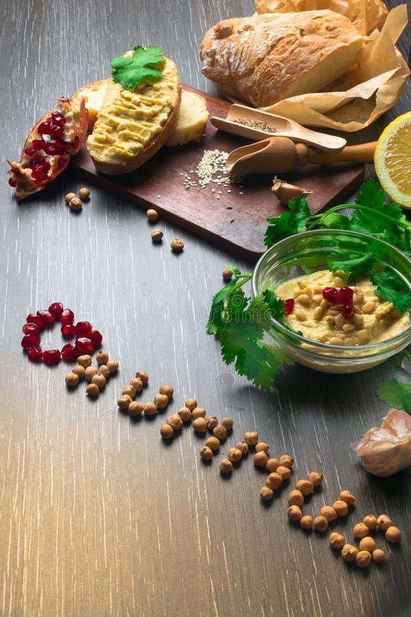 Traditionell Hummus eller houmous, aptitretare som göras av mosade kikärtar med tahinien, sötcitron, vitlök, olivolja, persilja,  arkivbilder