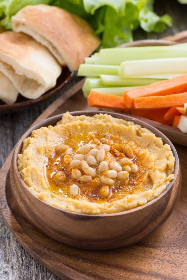 Traditionell hummus i bunke med pitabröd och grönsaker arkivfoto