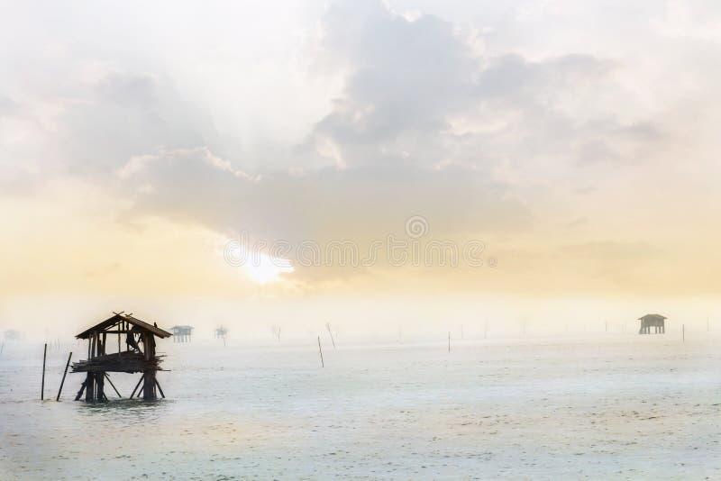 Traditionell husfiskare Built från bambu i havet under arkivbilder