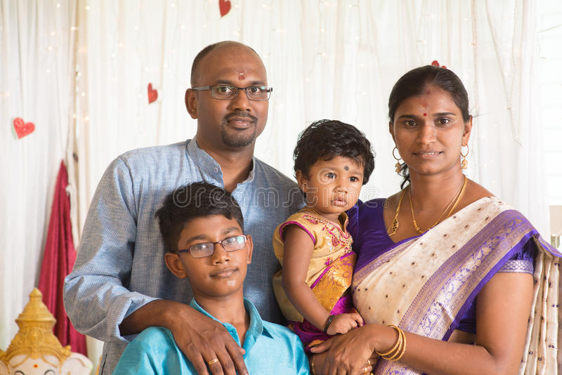 Traditionell Indien familjstående arkivbild