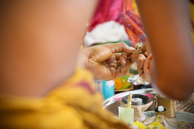 Traditionell indier Hindus som ber ceremoni fotografering för bildbyråer