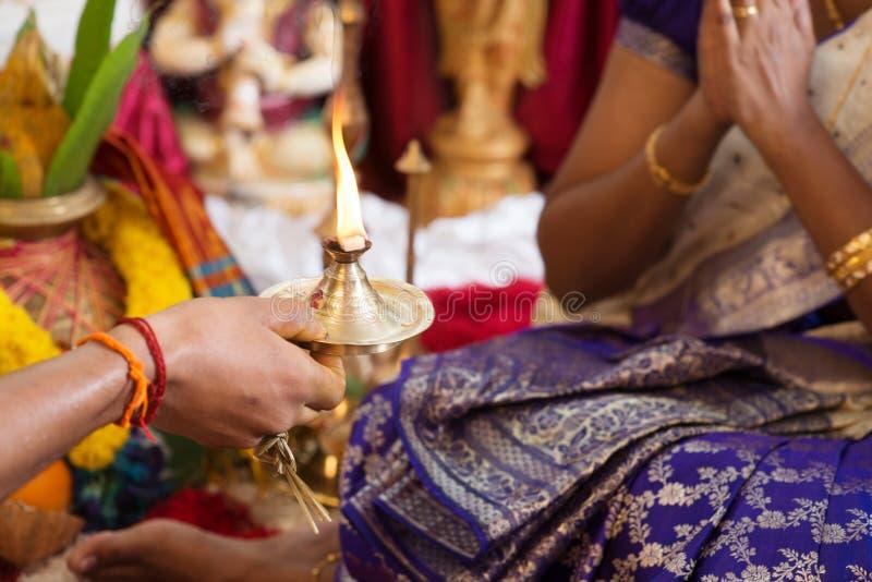 Traditionell indier som ber ritualer royaltyfria foton