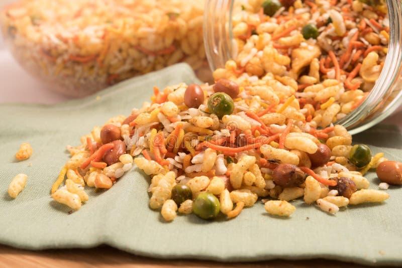 Traditionell indisk djupt stekt salt maträtt - chivda eller blandning eller farsan i en glass bunke royaltyfri foto