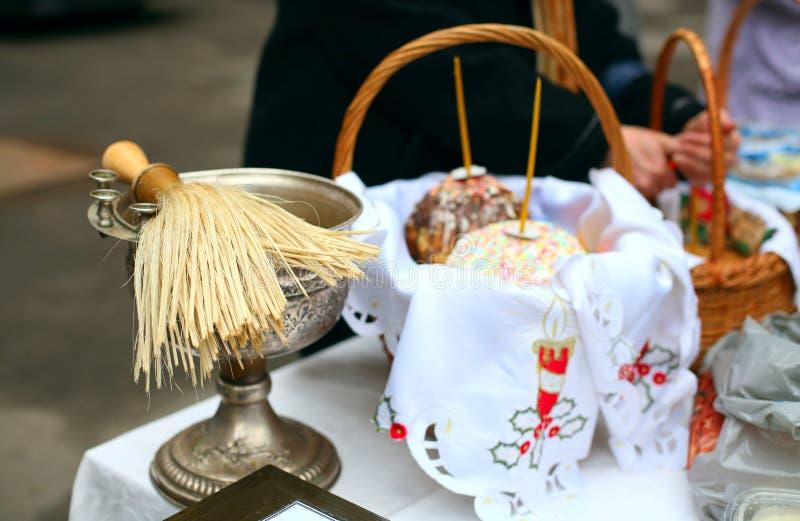 Traditionell invigning av festliga kakor och ägg på påsken i den ortodoxa kyrkan arkivfoton