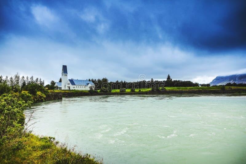 Traditionell isländsk by med hus och härligt morgonlandskap royaltyfri fotografi