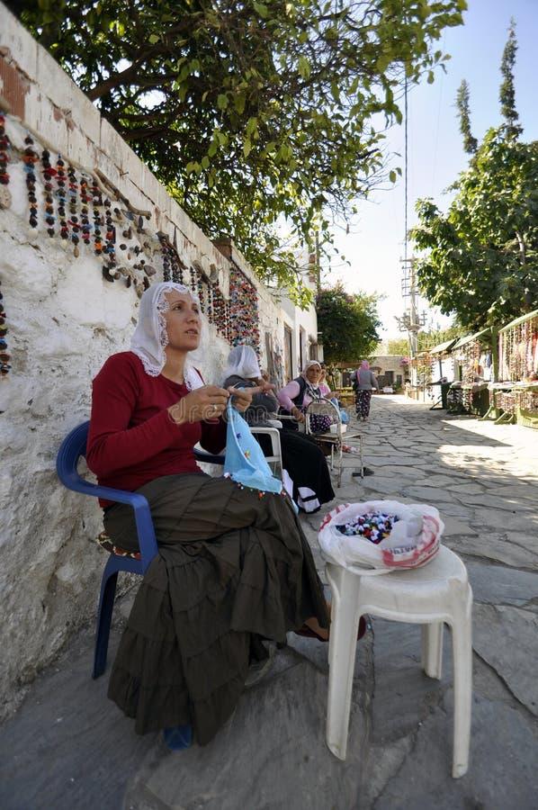 Download Traditionell Islamisk Kvinna Som Fungerar På En Ruche Redaktionell Bild - Bild av turk, mattt: 27281601