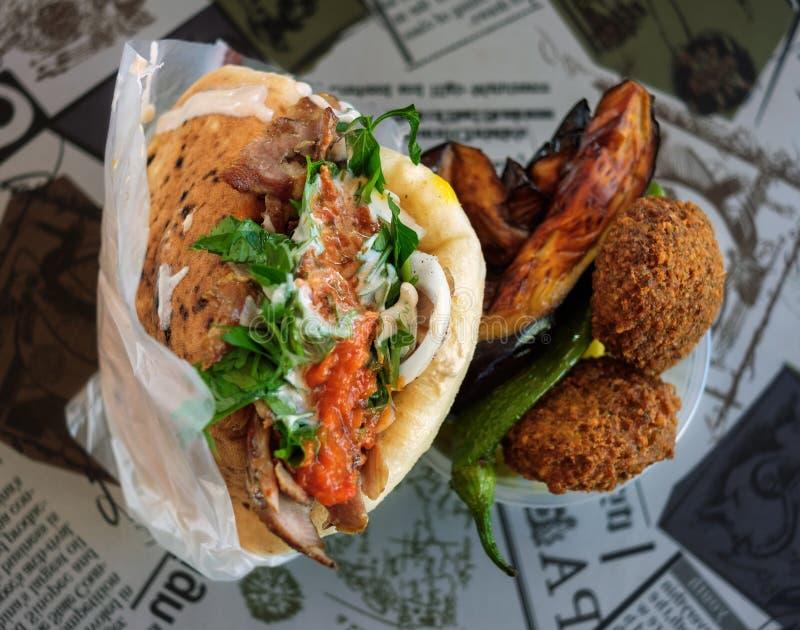 Traditionell israelisk shawarma och falafel med stekt aubergine royaltyfria bilder