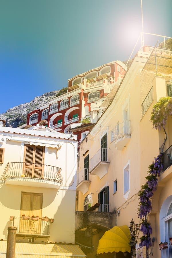Traditionell italiensk arkitektur Hus på bergen av Positano Amalfi seglar utmed kusten i det arkitektoniska solskenet - och turis royaltyfri fotografi