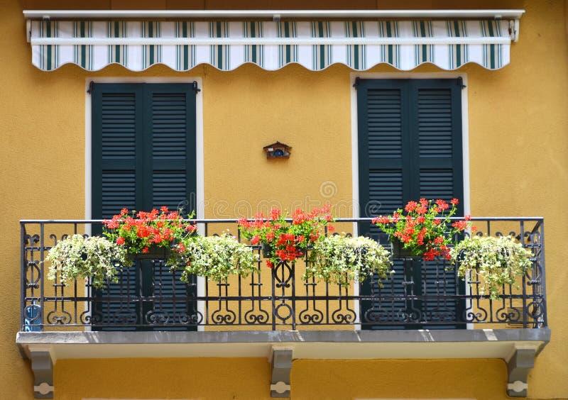 Traditionell italiensk balkong royaltyfria bilder