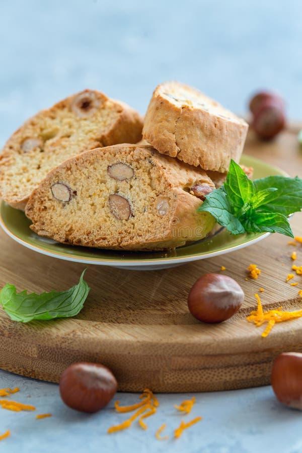 Traditionell italiensk kakabiscotti med muttrar arkivbilder