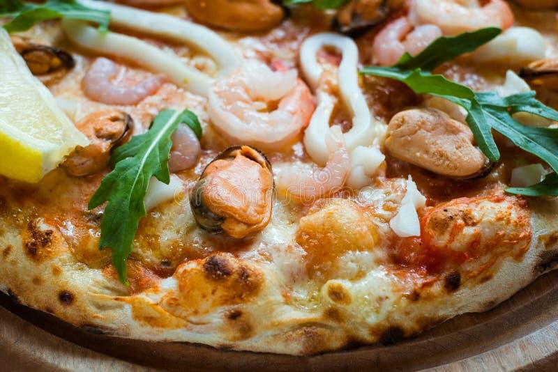 Traditionell italiensk kokkonst för havs- pizza arkivbild