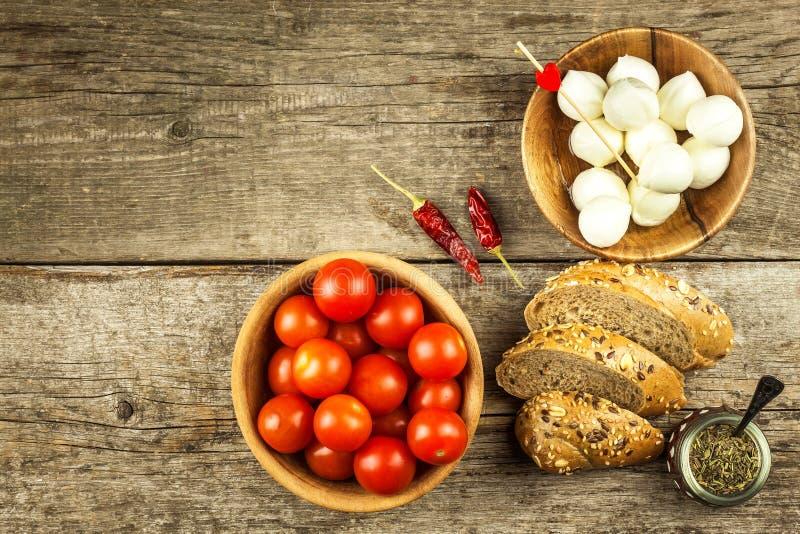 Traditionell italiensk Mozzarellaost på ett träbräde sund ost vita mejeriisoleringsprodukter Mozzarellaostbollar med tomater arkivfoto