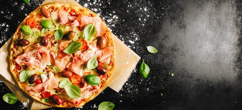 Traditionell italiensk pizza på den mörka tabellen arkivbild