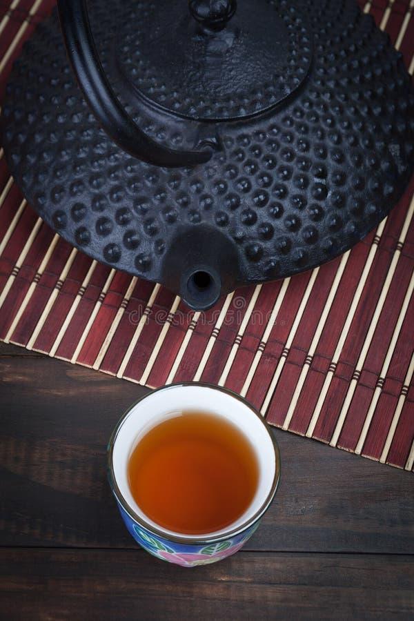 Traditionell japansk gjutjärntekanna med tekoppen arkivfoto