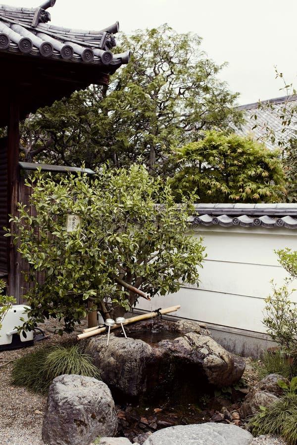 Traditionell japansk trädgård i det Byodoin komplexet arkivbilder