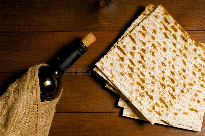 Traditionell judisk koscher matzo för påskpesah på en träflik royaltyfria bilder