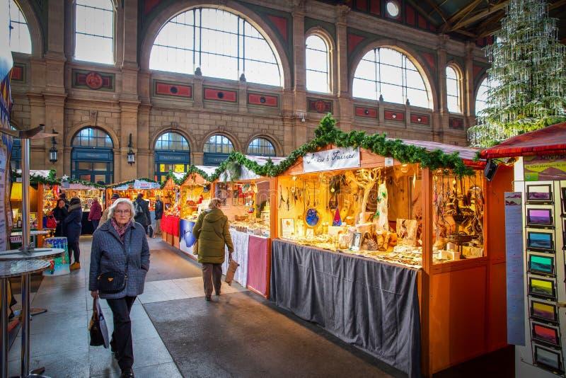 Traditionell jul marknadsför i den Zurich järnvägsstationen, Schweiz royaltyfria bilder
