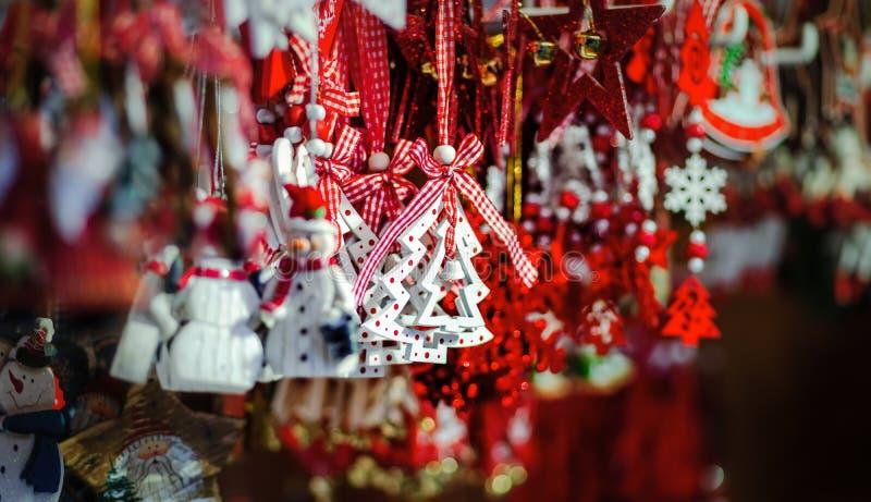 Traditionell jul marknadsför med handgjorda souvenir, Strasbourg fotografering för bildbyråer