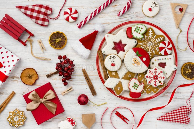 Traditionell jul pepparkaka, leksaker och dekor på träbakgrund royaltyfri fotografi