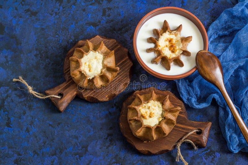Traditionell Karelian bakning, kalitki för rågpajgrindar fotografering för bildbyråer