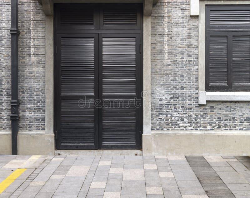 Traditionell klassisk wood dörr- och fönster- och tegelstenvägg i ancie royaltyfri bild