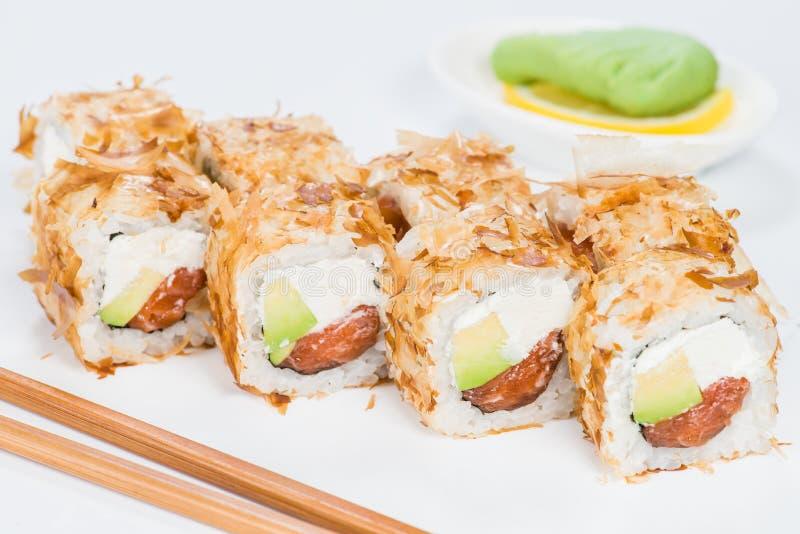 traditionell kokkonstjapan Smakliga sushirullar med ris, kräm royaltyfria bilder