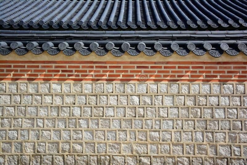 Traditionell korean för stenvägg och för tegelplattatak arkivbilder