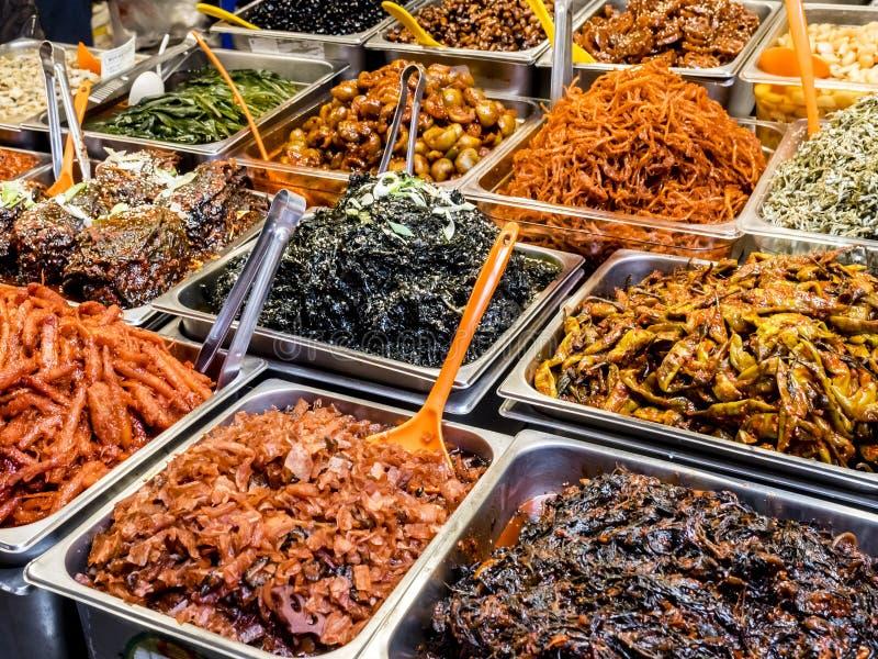 Traditionell koreansk jäst mat på den Gwangjang marknaden Seoul Sydkorea royaltyfri fotografi