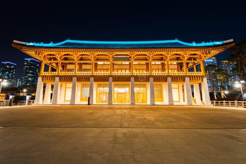 Traditionell koreansk stilarkitektur på natten i Incheon, Korea arkivfoto