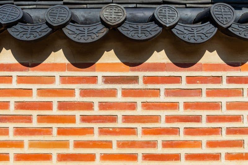Traditionell koreansk tegelstenvägg och svart keramiskt tak, Seoul, Sydkorea royaltyfri foto