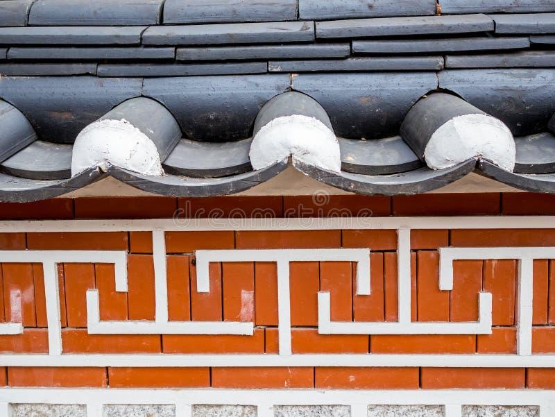 Traditionell koreansk väggstil och historisk hussymbolarkitektur på den Bukchon Hanok byn i Seoul, Sydkorea arkivfoton