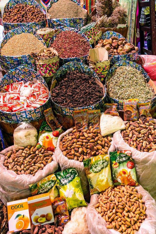 Traditionell kryddabasar med ?rter och kryddor i Luxor eller Aswan, Egypten royaltyfri foto