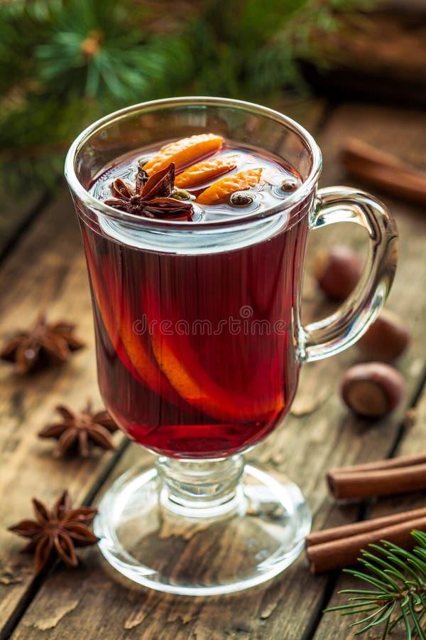 Traditionell kryddat drinkrecept för toddy varm alkohol arkivbilder