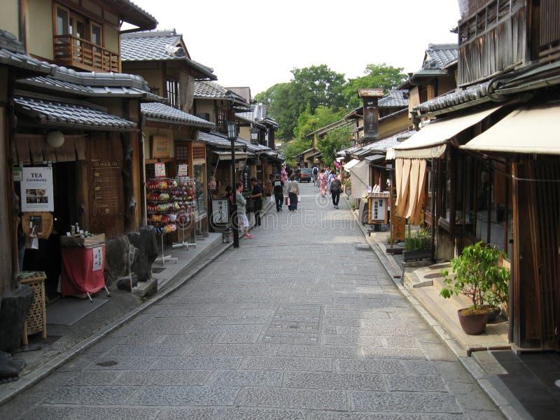 Traditionell Kyoto gata på välkänt Gion område royaltyfria bilder