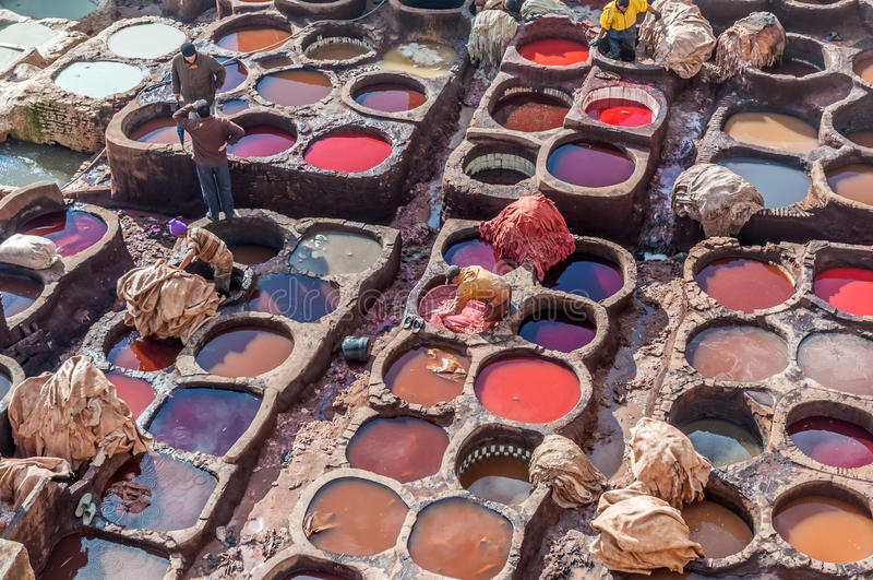Traditionell lädergarveri i Fez, Marocko royaltyfria bilder