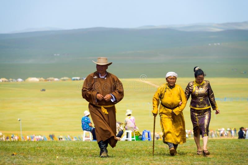 Traditionell lantlig kläderstäpp för mongolisk familj royaltyfria bilder