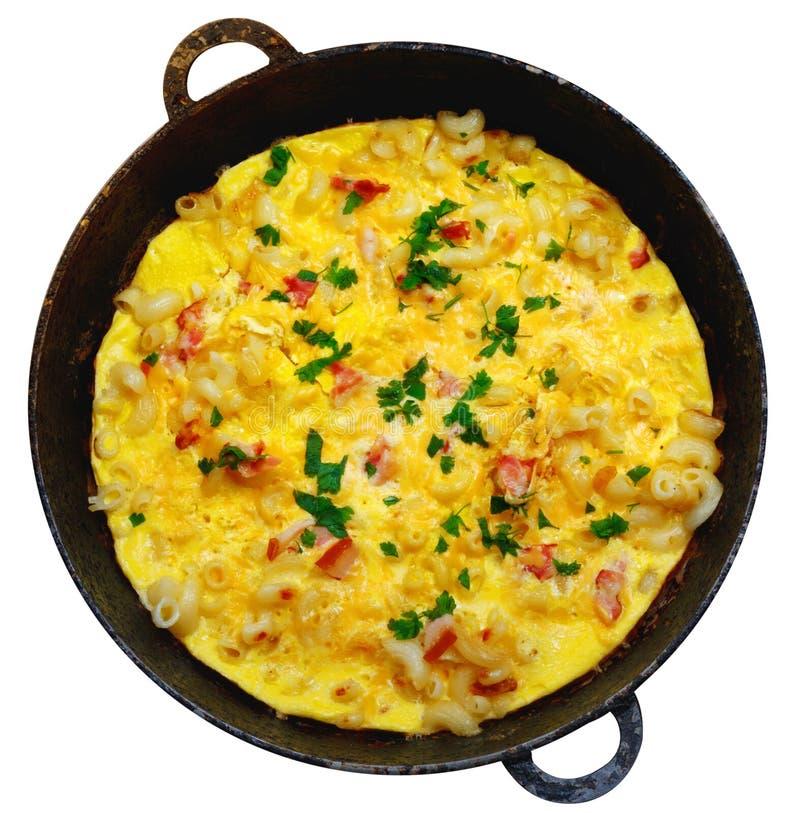 Traditionell lantlig omelett med bacon, pasta och gr?splaner arkivfoton