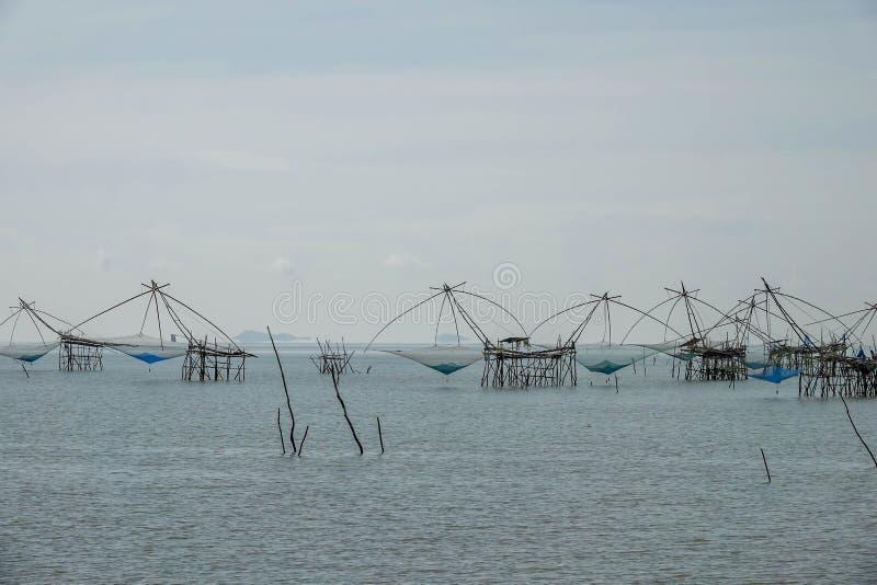 Traditionell lokal fiskefälla också som är bekant som Yor byggnad på Pakpra Phatthalung Thailand nära Thale Noi Lake fotografering för bildbyråer
