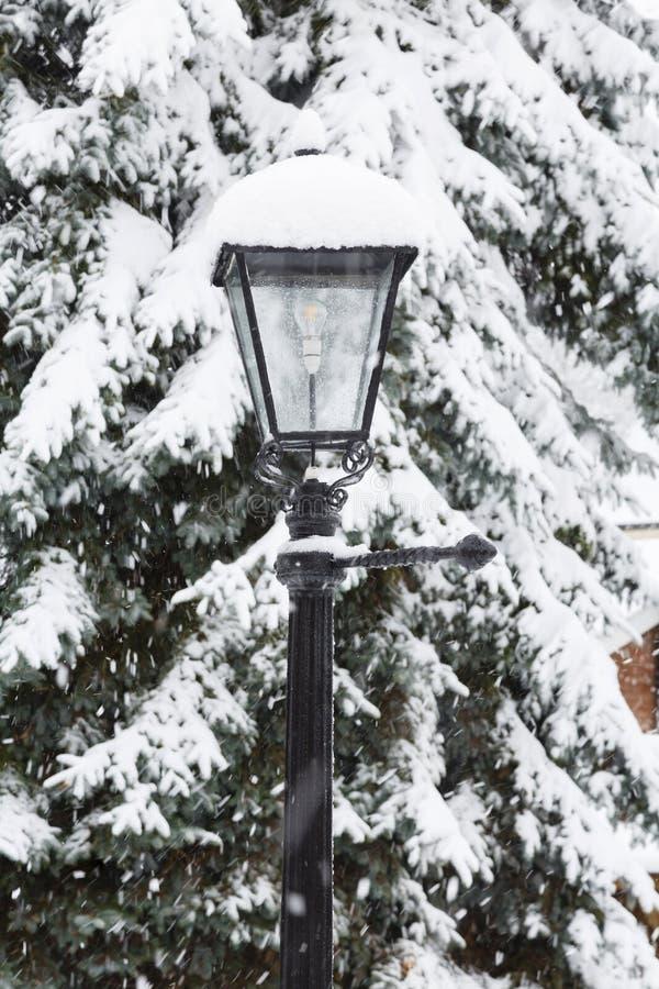 Traditionell lyktstolpe som täckas i snö fotografering för bildbyråer