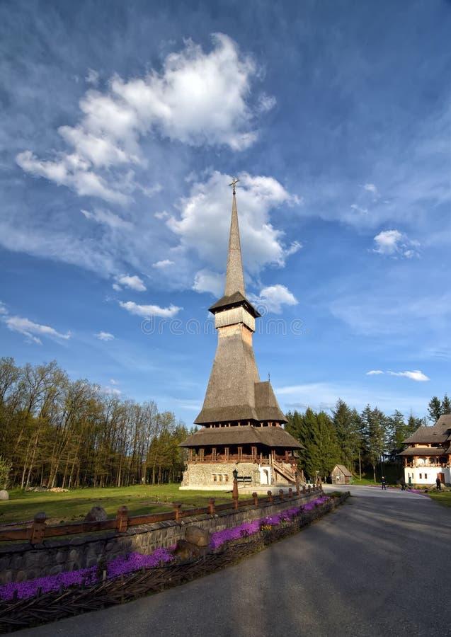 Traditionell Maramuresh träkyrka av denPeri kloster, Rumänien royaltyfria bilder