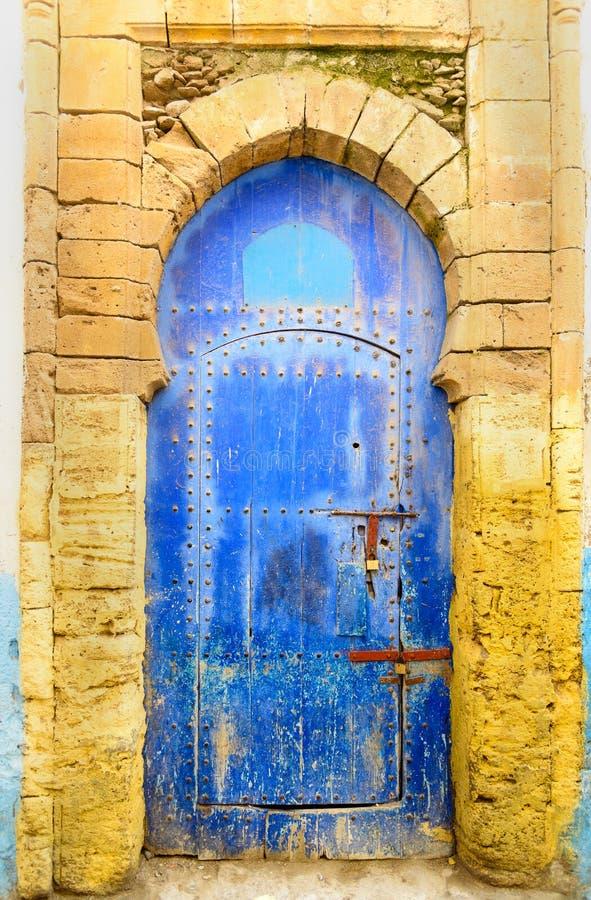 Traditionell marockansk blå dörr i medina Essaouria royaltyfri fotografi