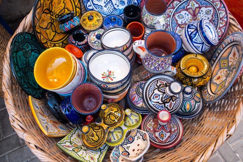 Traditionell marockansk marknad med souvenir Handgjort keramiskt arkivbilder