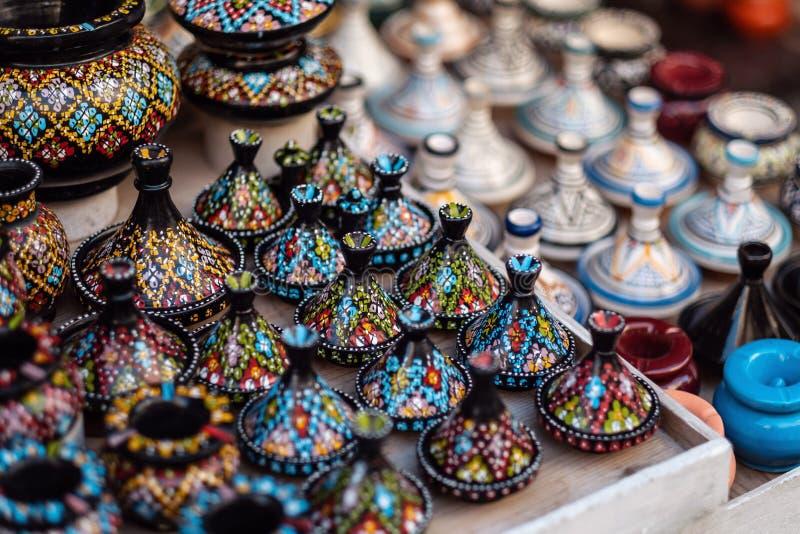 Traditionell marockansk marknad med souvenir Handgjort keramiskt royaltyfri foto