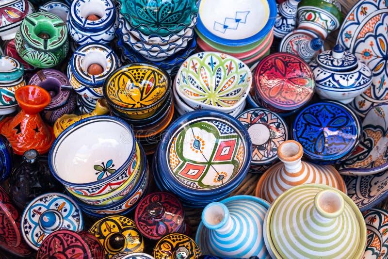 Traditionell marockansk marknad med souvenir Handgjort keramiskt royaltyfria bilder