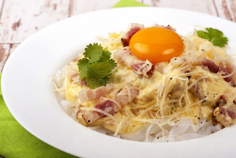 Traditionell maträtt av den italienska kokkonstcarbonaraen royaltyfria bilder