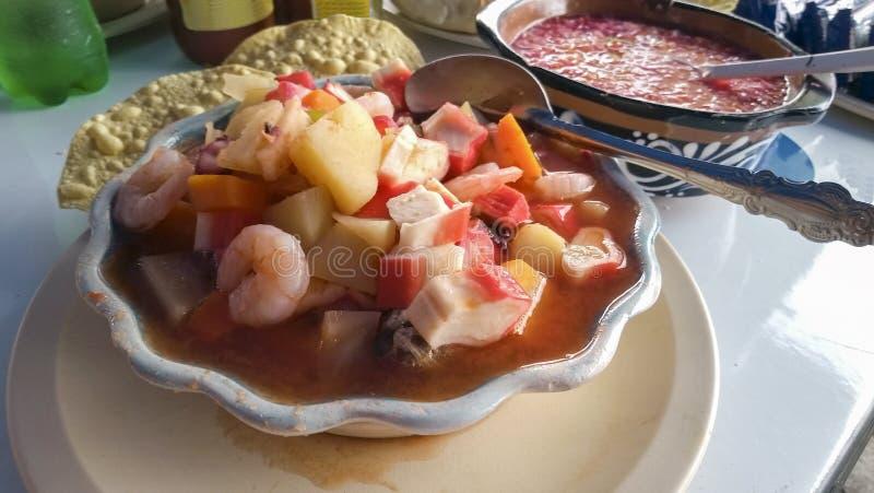 Traditionell maträtt av kusterna av Mexico som kurerar bakruset royaltyfria bilder