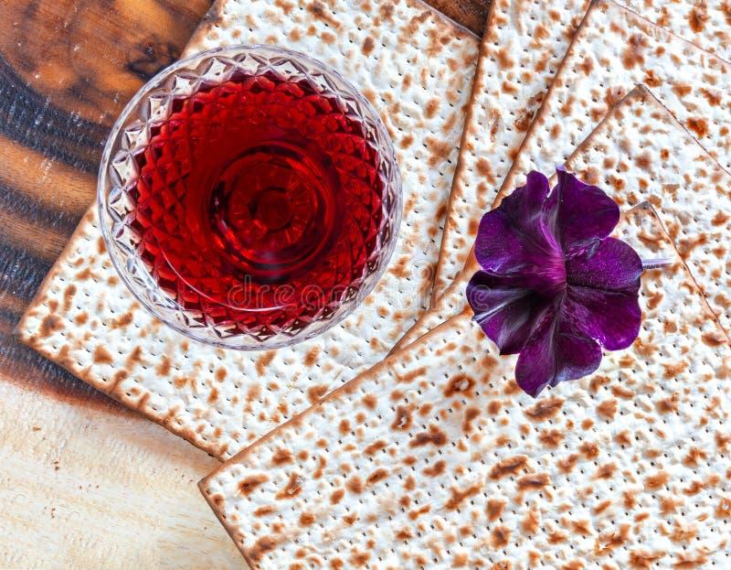 Traditionell matzoth och drinken för osyrat bröd för mat för judisk påskhögtid semestrar fotografering för bildbyråer
