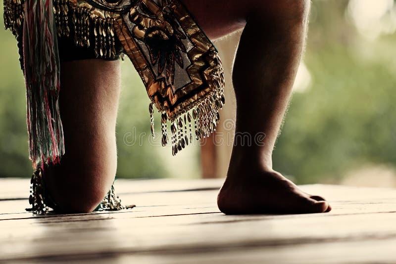 Traditionell Mayan dansare som utför en stam- ritual arkivbilder